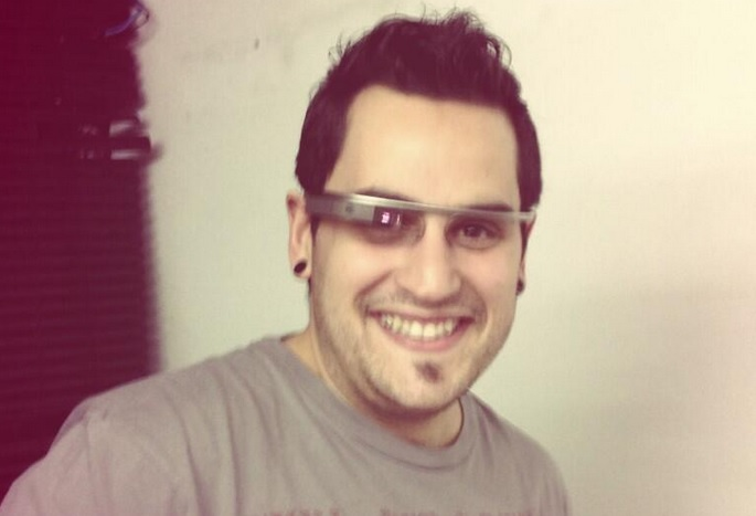 Antonio Fama probando Google Glass.